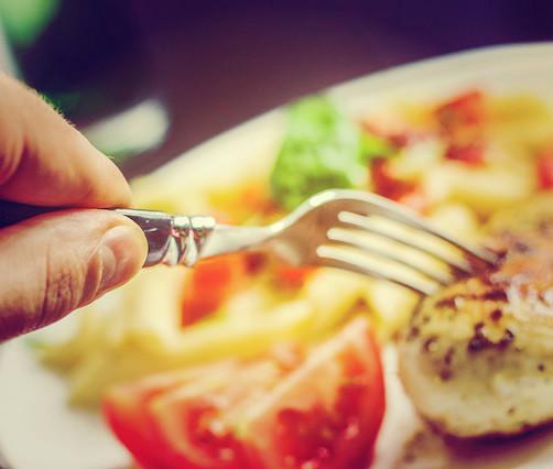 O que consumir quando a fome apertar: lanche ou refeição?