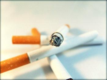 Fumar estraga dentes e unhas