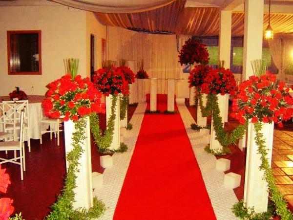 Com flores e o tapete vermelho, fica extremamente ousada sua decoração.
