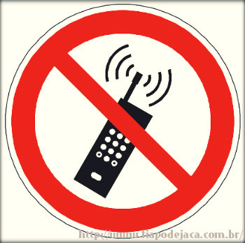 Os perigos de mexer no celular durante o voo