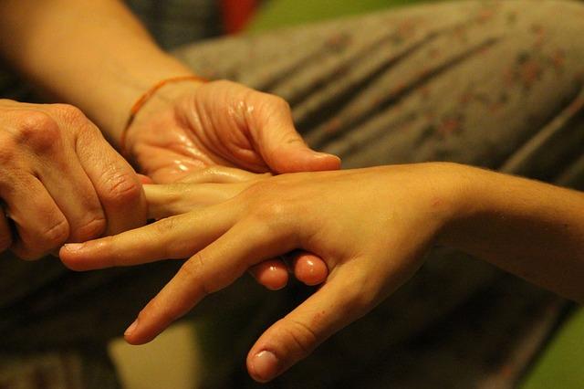 Estalar os dedos engrossa?