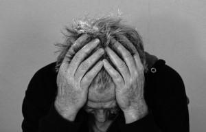 Homem com dor na cabeça