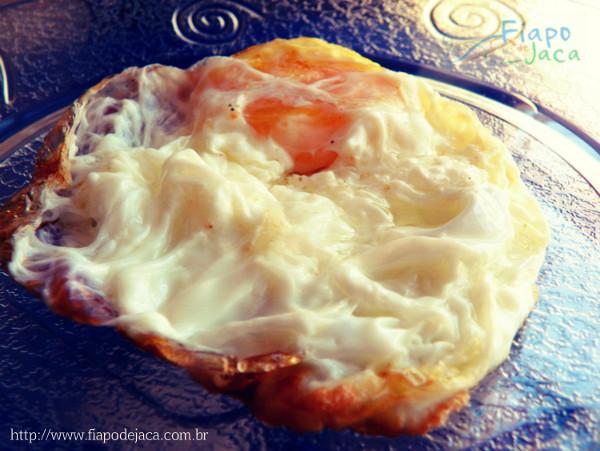 Os ovos fritos possuem 120 calorias cada.